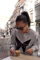 Sudadera gris, estampado terciopelo burdeos. 30€