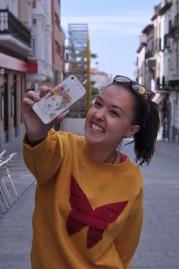 Sudadera amarilla mostaza, estampado flecos de ante rojos. 30€