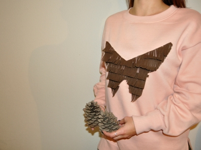 Sudadera rosa pastel, estampado flecos de antelina marrón