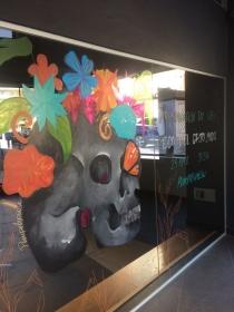 Pintura en escaparate para anunciar la presentación del libro 'Eco del Grito. Mudo'