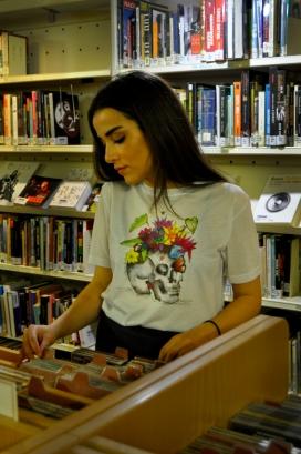 Camiseta con estampado original de uno de los dibujos de Pimpilipausa. Diseños y ediciones únicas. Tallaje y forma diferente de camiseta para hombre o para mujer. Camiseta de poliéster. Tallas: S - XXXL (También para niños y niñas)